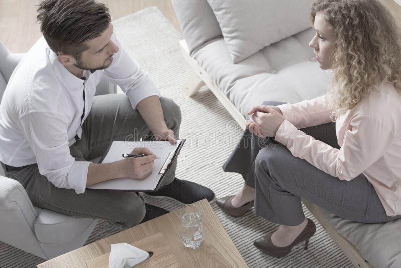 Femme d'affaires parlant au conseiller financier photographie stock
