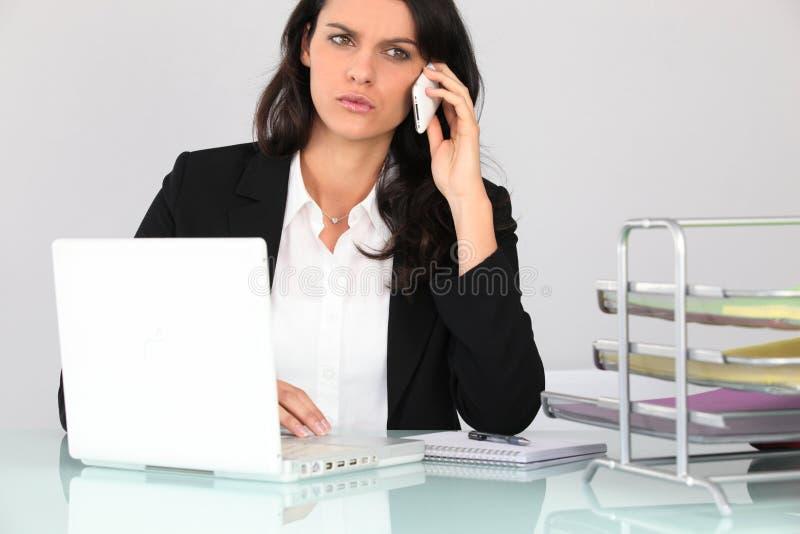 Femme d'affaires parlant au téléphone image stock