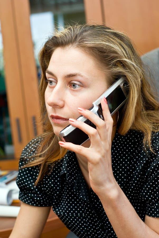 Femme d'affaires parlant par le téléphone portable photographie stock libre de droits