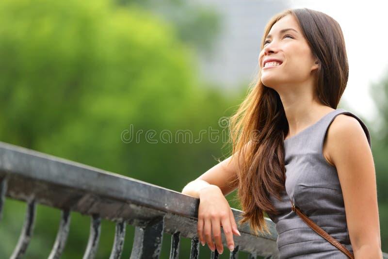 Femme d'affaires pensant dans le Central Park images stock