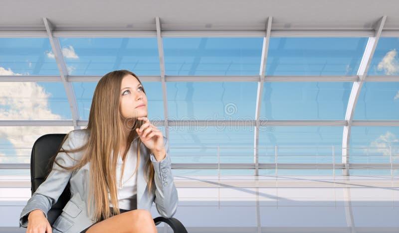 Femme d'affaires pensante images stock
