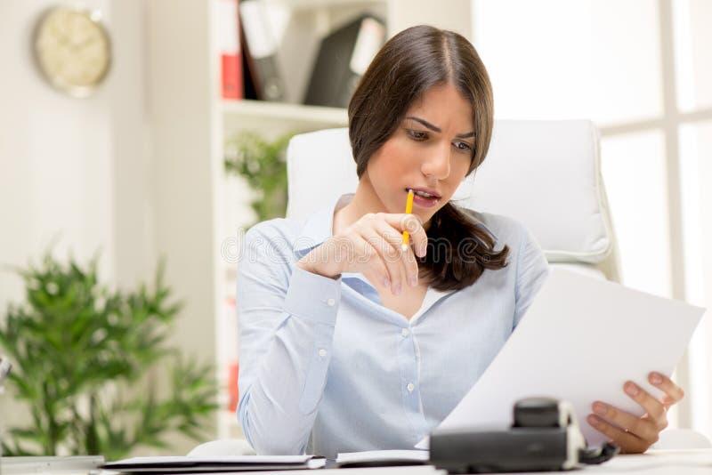 Femme d'affaires pensante images libres de droits