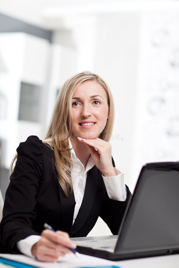 Femme d'affaires perdue dans la pensée photo stock
