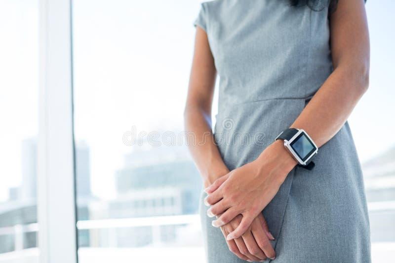 Download Femme D'affaires Portant Un Smartwatch Avec Des Bras Pliés Image stock - Image du bras, lumière: 56483431