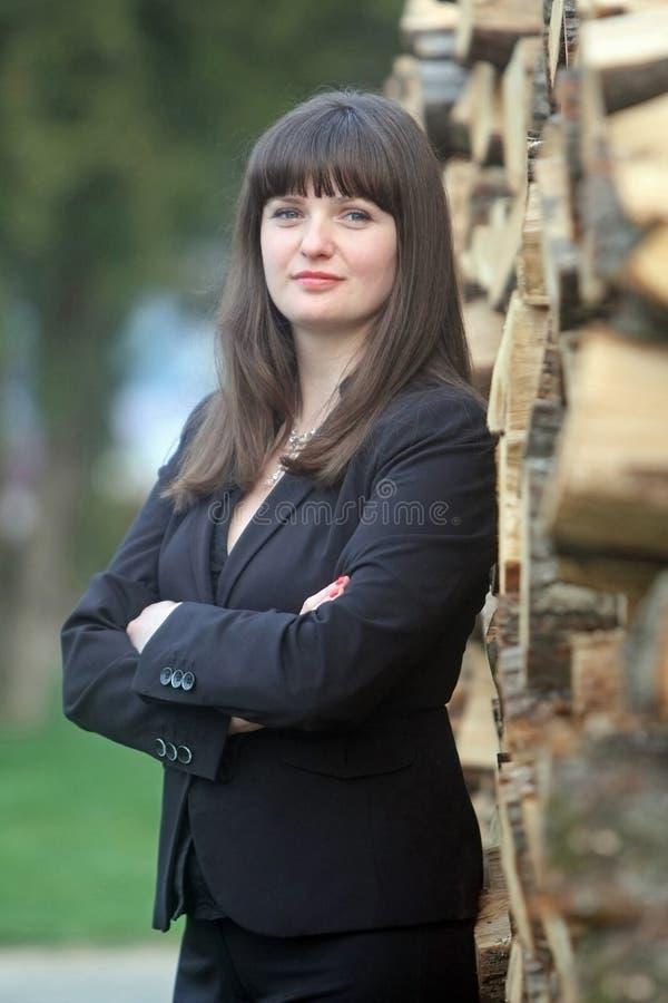 Femme d'affaires posant avec du bois photographie stock libre de droits