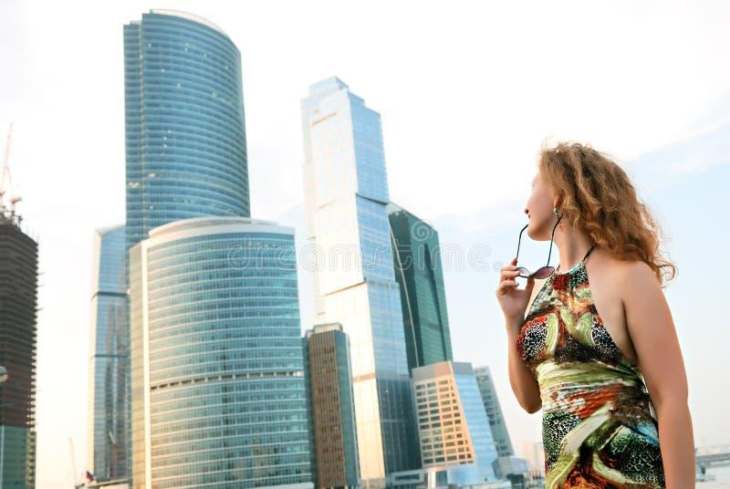 Femme d'affaires près des constructions modernes image stock