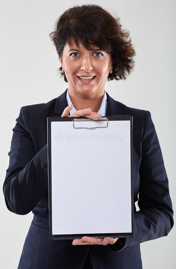 Femme d'affaires pr?sent le presse-papiers vide images libres de droits
