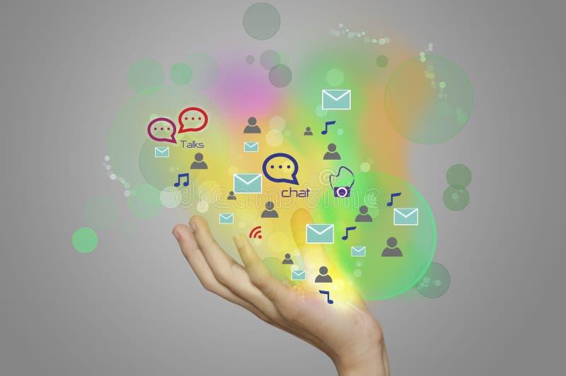 Femme d'affaires présent les icônes sociales rougeoyantes colorées de media illustration stock