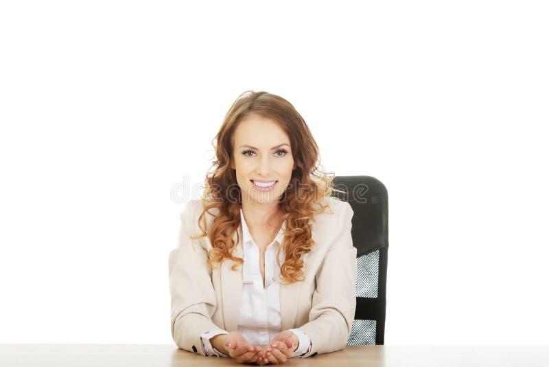 Femme d'affaires présent quelque chose dans des mains photos libres de droits