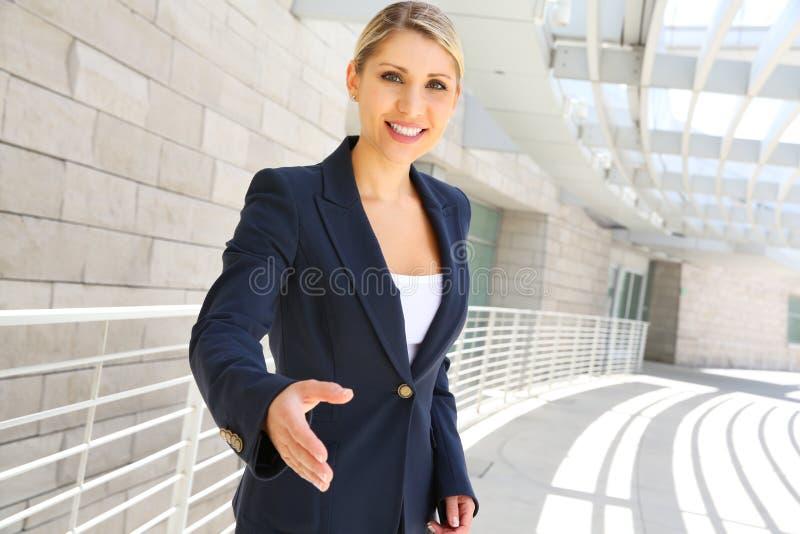 Femme d'affaires prête à la poignée de main image libre de droits