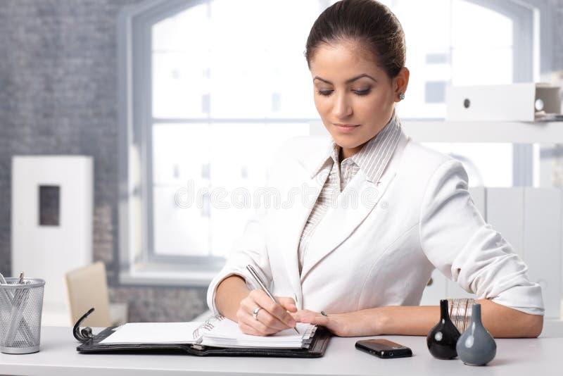 Femme d'affaires prenant des notes photo stock