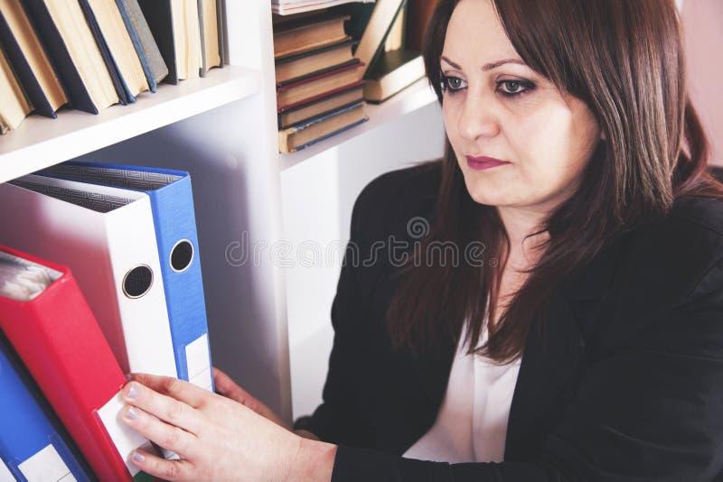 Femme d'affaires prenant des reliures photos stock