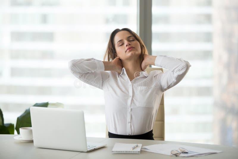 Femme d'affaires prenant la pause faisant le massage d'exercices de bureau photo libre de droits