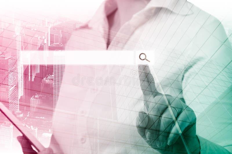 Femme d'affaires Pressing Business Team Search Button blanc de réussite d'isolement par concept d'affaires photos stock