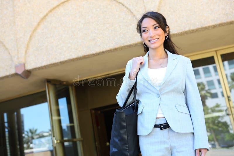 Femme d'affaires quittant le travail photos libres de droits