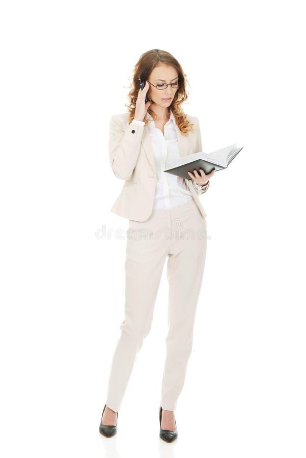 Femme d'affaires réfléchie avec la note image stock