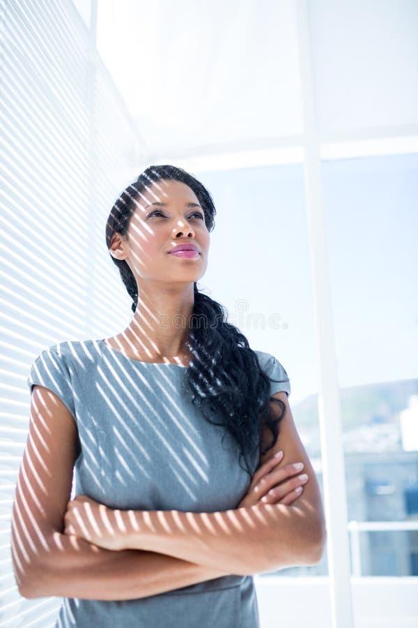 Download Femme D'affaires Réfléchie Se Tenant Dans Le Bureau Photo stock - Image du directeur, rectifié: 56483224