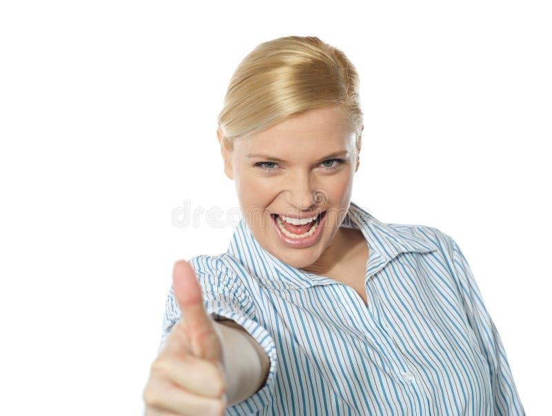 Femme d'affaires réussie affichant le thumbs-up image stock
