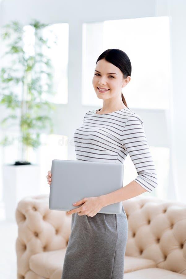 Femme d'affaires réussie agréable étant au travail images libres de droits