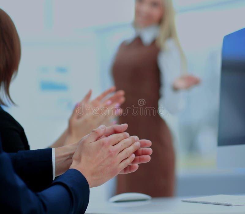 Femme d'affaires réussie au bureau menant un groupe images libres de droits
