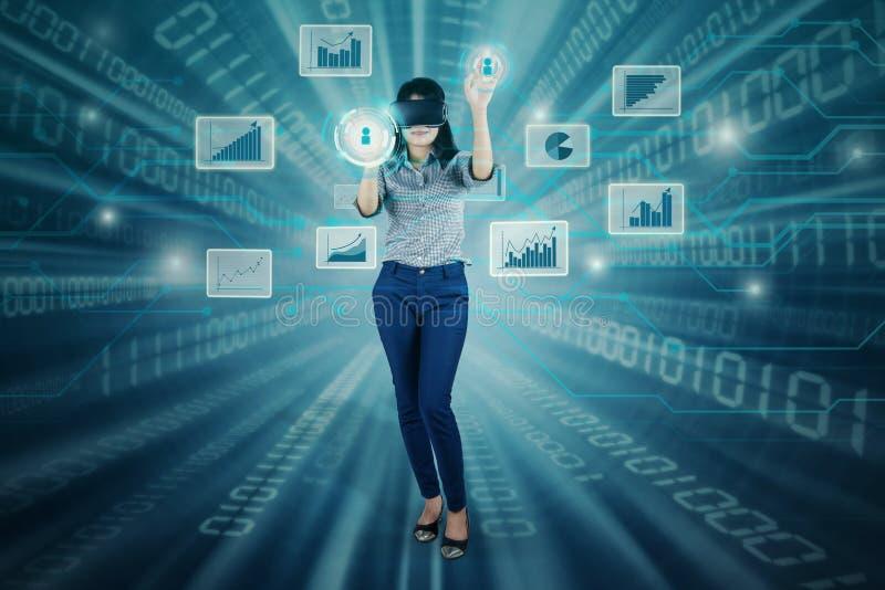 Femme d'affaires réussie avec l'écran virtuel photo libre de droits