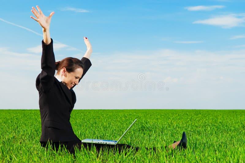 Femme d'affaires réussie avec l'ordinateur image libre de droits