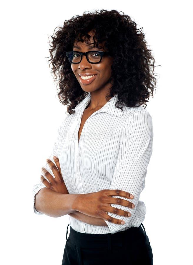 Femme d'affaires réussie avec les bras pliés image libre de droits