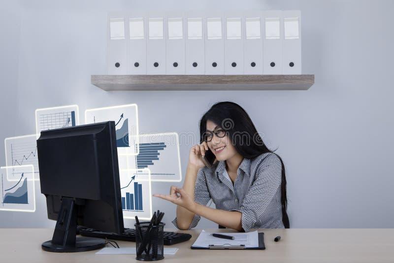 Femme d'affaires réussie avec les graphiques virtuels de croissance photographie stock libre de droits