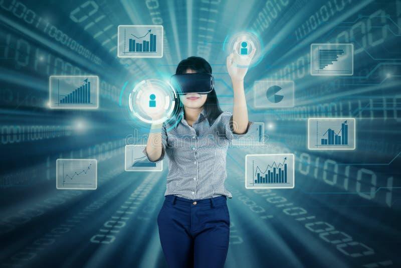 Femme d'affaires réussie travaillant avec l'écran virtuel photos libres de droits