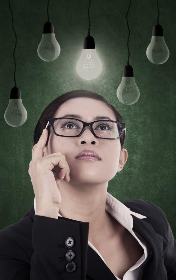 Femme d'affaires recherchant des idées photos libres de droits