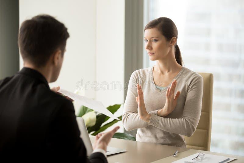 Femme d'affaires refusant d'accepter des termes de contrat photo libre de droits