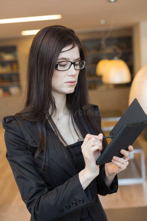 Femme d'affaires regardant dans le carnet image libre de droits