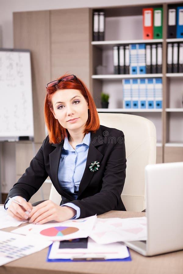 Femme d'affaires regardant l'appareil-photo photos libres de droits