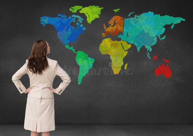 Femme d'affaires regardant la carte colorée sur le fond de mur illustration stock