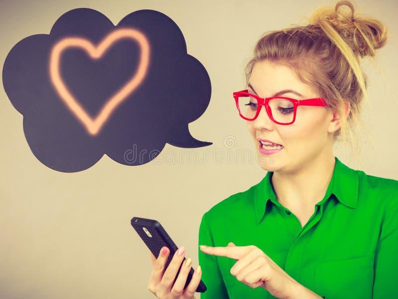 Femme d'affaires regardant le téléphone, bulle de pensée photos libres de droits