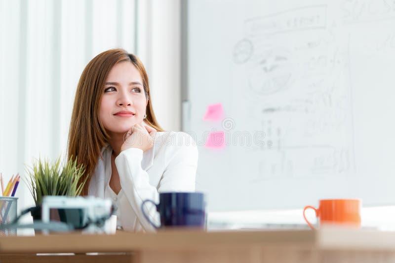 Femme d'affaires regardant les fenêtres avec confiance image stock