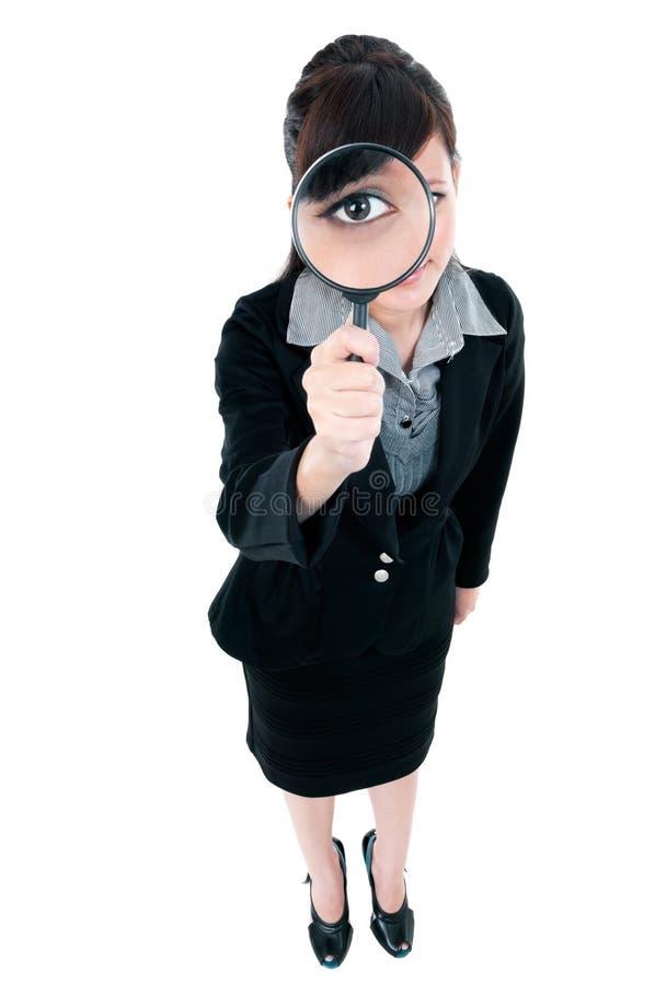 Femme d'affaires regardant par la loupe images libres de droits