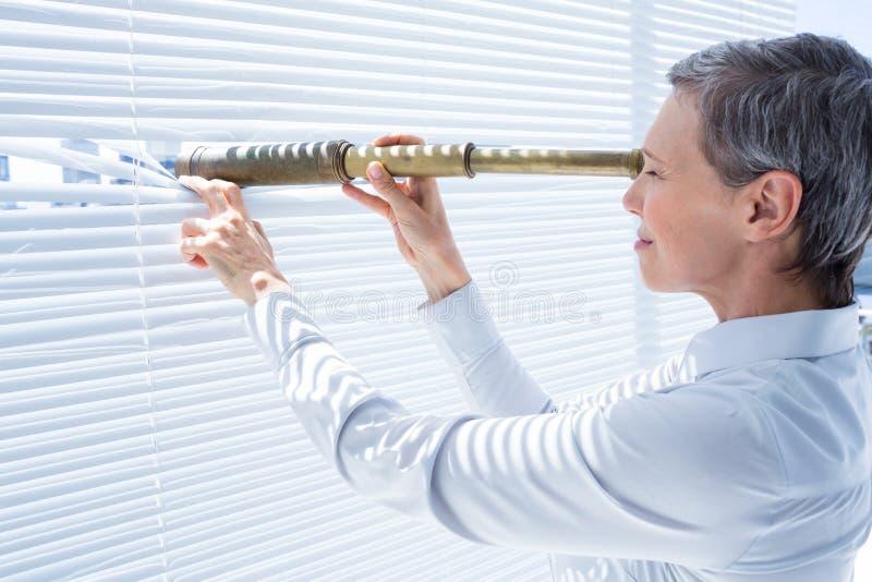 Download Femme D'affaires Regardant Par Le Champ-verre Dans Le Bureau Image stock - Image du mûr, bureau: 56483405