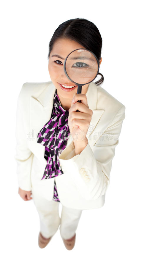 Femme d'affaires regardant par une loupe image libre de droits