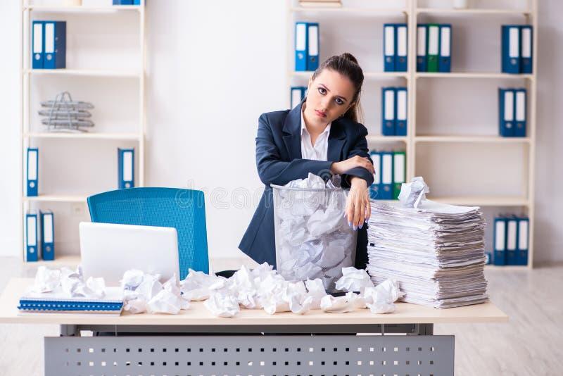 Femme d'affaires rejetant de nouvelles id?es avec un bon nombre de papiers image libre de droits