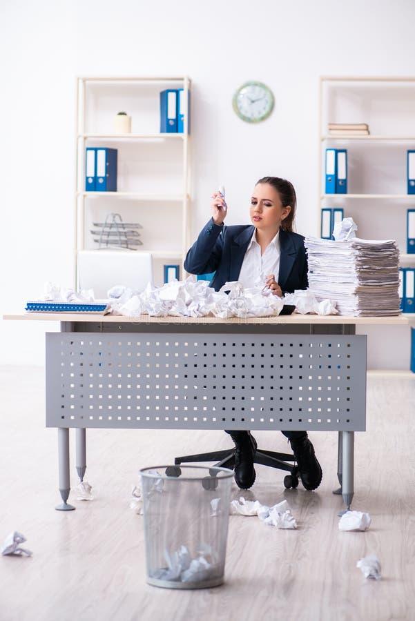 Femme d'affaires rejetant de nouvelles id?es avec un bon nombre de papiers image stock