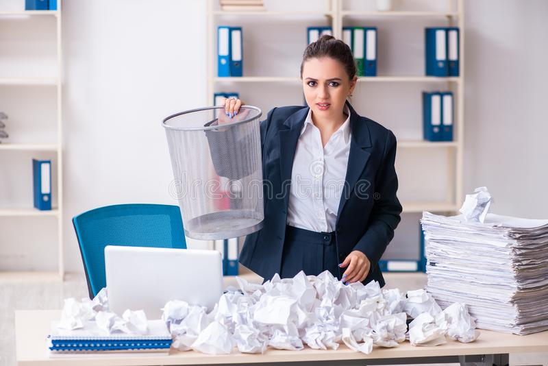 Femme d'affaires rejetant de nouvelles id?es avec un bon nombre de papiers images stock