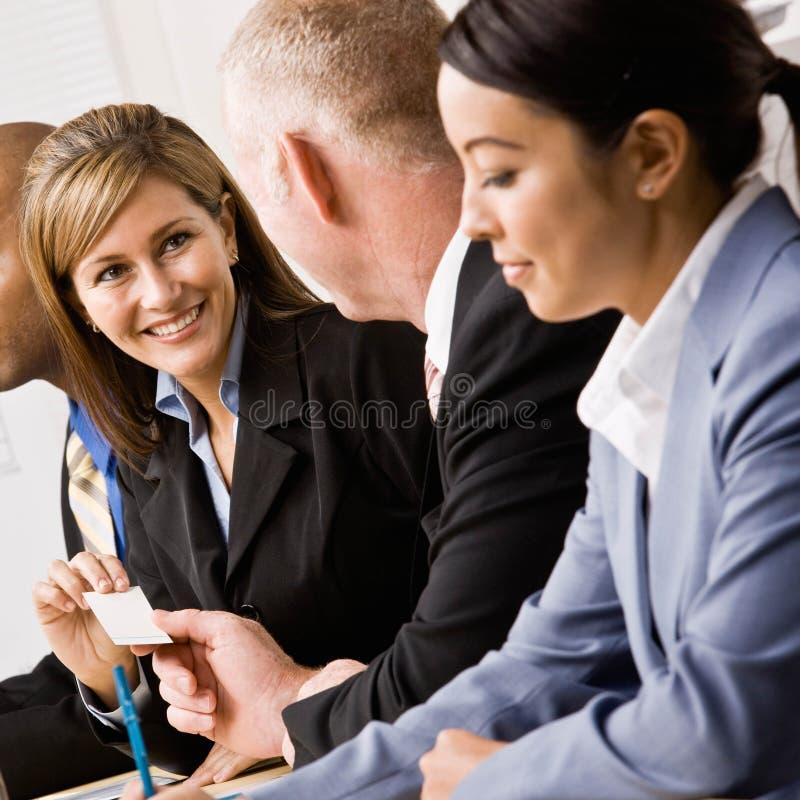 Femme d'affaires remettant la carte de visite professionnelle de visite de collègue images stock