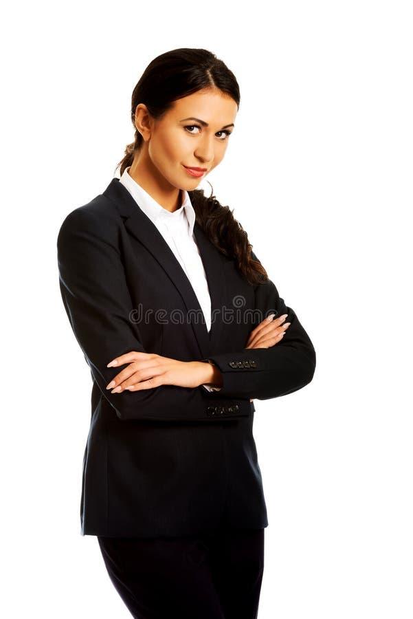 Femme d'affaires restant avec les bras pliés image libre de droits