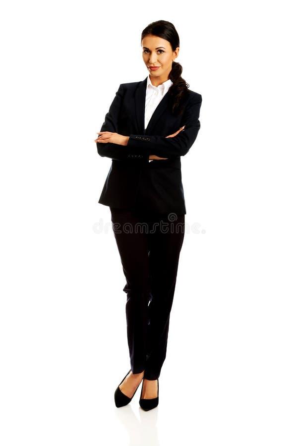 Femme d'affaires restant avec les bras pliés images stock