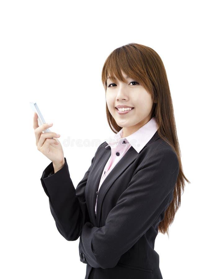 Femme d'affaires retenant le téléphone portable intelligent image libre de droits