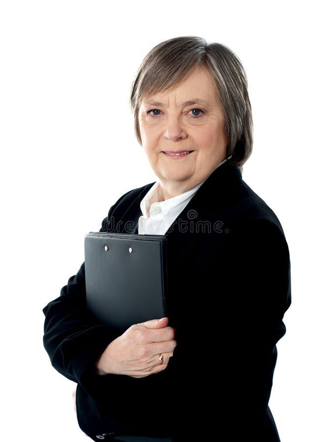 Femme d'affaires retenant les documents importants photographie stock libre de droits