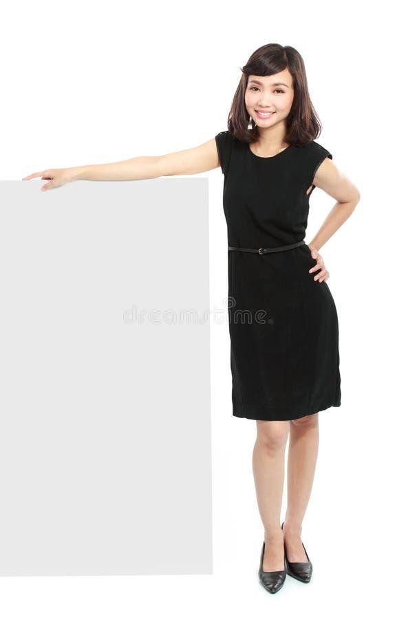 Femme d'affaires retenant un panneau blanc image libre de droits