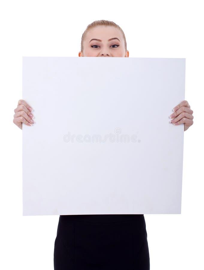Femme d'affaires retenant un panneau-réclame blanc image stock