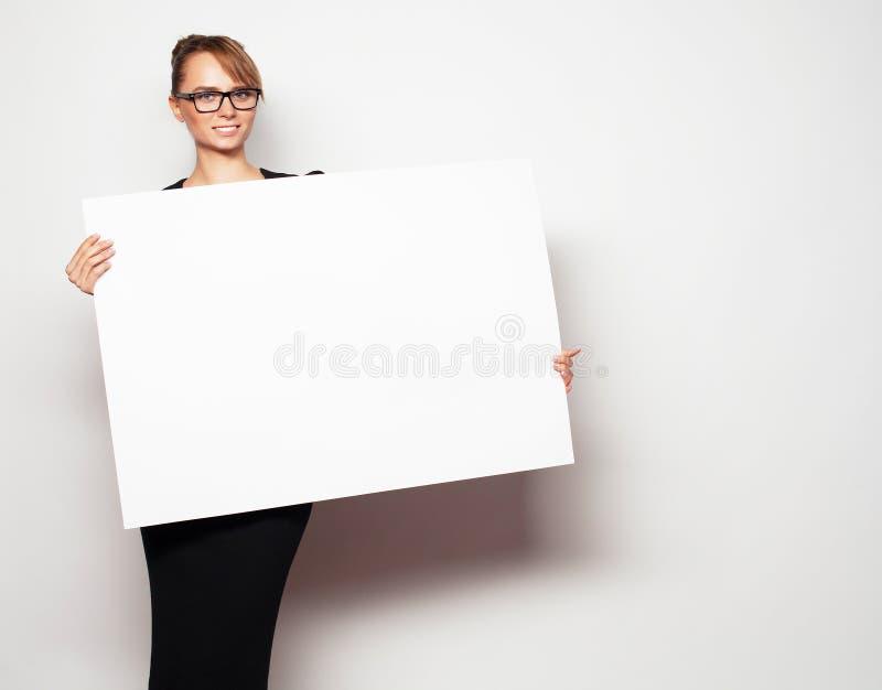 Femme d'affaires retenant un panneau-réclame blanc photos libres de droits